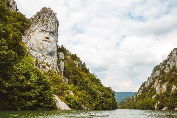 El rostro de Decébalo tallado en la roca